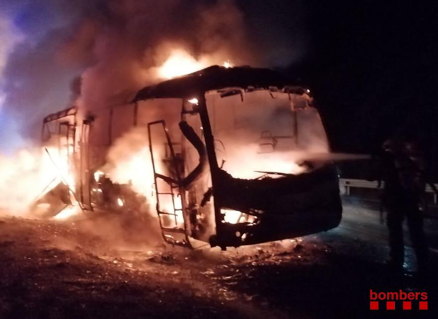 Crema totalment un autocar d'empresa a la N-240 a l'alçada dels Pallaresos sense provocar ferits