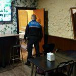 La Guàrdia Urbana de Reus denuncia el propietari d'un bar que amagava clients al magatzem i el lavabo