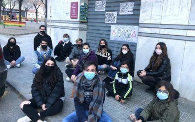 Una quinzena de joves de Bonavista reclamen obrir el teatre: 'Y las obras, ¿Pá Cuando?'