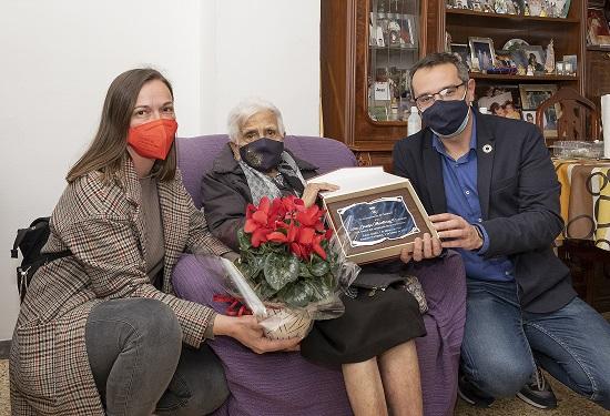 L'Ajuntament de Constantí homenatja l'àvia centenària Josefa Martínez Román