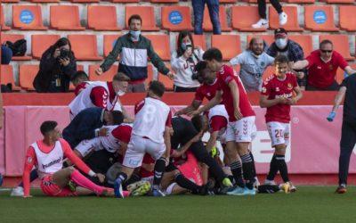 Suárez escenifica la funció de l'agonia marcant al descompte (2-2)