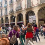 Vídeo: Un grup de 40 negacionistes de la Covid-19 'envaeixen' per sorpresa les Peixateries Velles de Reus