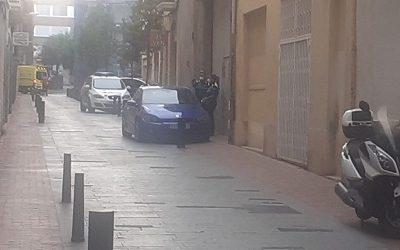 Una baralla al barri del Carme acaba amb peses de gimnàs estavellades sobre un cotxe