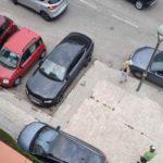 Un vehicle es passeja per les voreres de Riu Clar esquivant veïns
