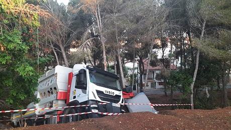 Un camió de la recollida selectiva de Creixell es precipita contra una zona verda