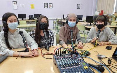Alumnes de l'Institut Josep Tapiró realitzen dos programes radiofònics amb LANOVA Ràdio de Reus