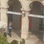 Detenen un home que s'encarava amb vianants i tirava objectes de les terrasses en plena plaça de Prim