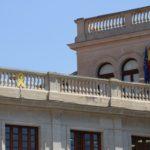 Ciutadans porta als jutjats el llaç groc penjat a l'Ajuntament de Reus