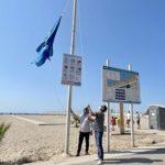 La bandera blava ja oneja a les platges Llarga i Costa Daurada de Roda