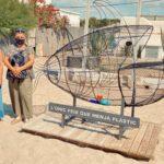 Creixell instal.la a la platja una escultura amb un peix que menja plàstic