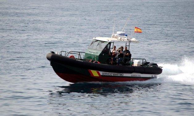 La Guàrdia Civil investiga la procedència d'una llanxa embarrancada a la platja de Tamarit