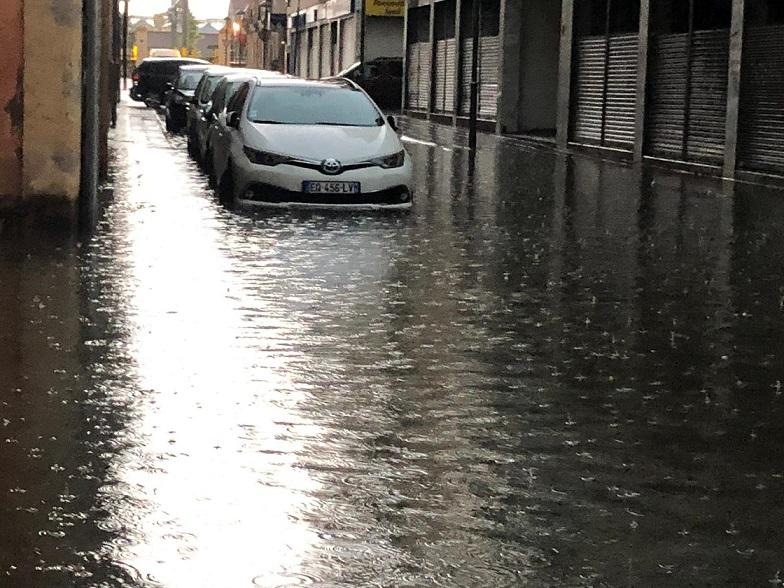 Una forta tempesta creua les comarques de Tarragona i inunda carrers