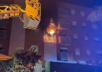 Aparatós incendi, sense ferits, d'un pis al carrer del Bisbe Grau de Reus