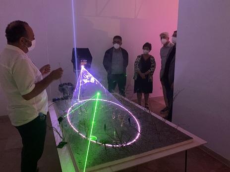 Antoni Arola mostra com crea les seves instal·lacions lumíniques a l'exposició 'Reflexions' (MAMT)