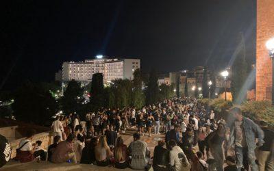 Els joves celebren al carrer la nit de Santa Tecla