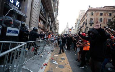 Corredisses i cops de porra a Via Laietana per intentar dispersar els manifestants de davant de la comissaria