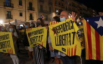 Més de 400 persones es concentren a la plaça de la Font en suport a l'expresident Carles Puigdemont