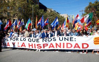 Centenars de persones es manifesten a Barcelona per commemorar el 12 d'octubre